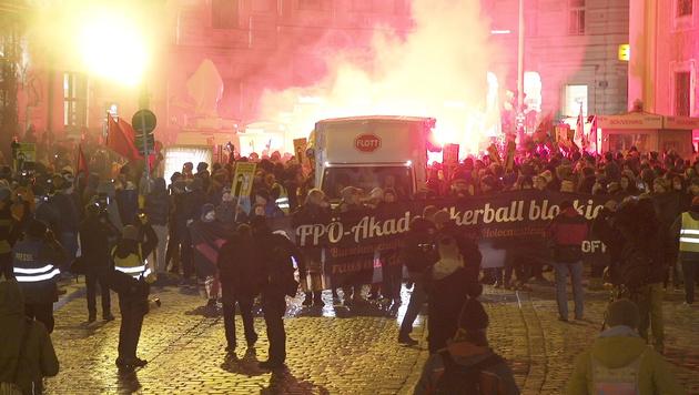 """Tretgitter fehlen"": FP in Sorge um Akademikerball (Bild: krone.tv)"