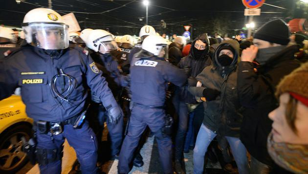 Akademikerball: Polizei sichert Beweise per Video (Bild: APA/ROLAND SCHLAGER)