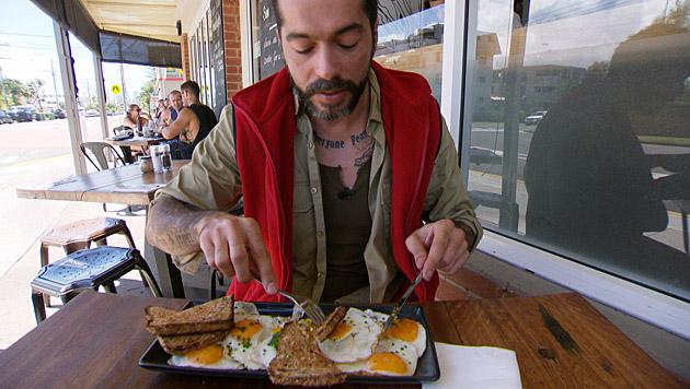 Aurelio gönnt sich nach dem Auszug eine riesige Portion Eier. (Bild: RTL/Stefan Menne)