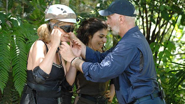 Dr. Bob weist die Dschungelcamperinnen ein. (Bild: RTL/Stefan Menne)