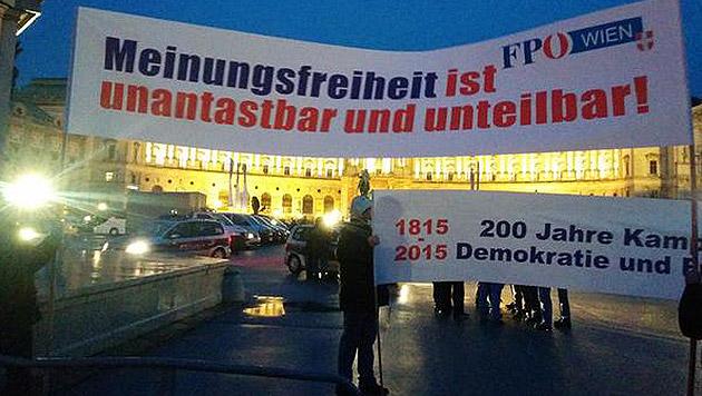 Diese Transparente hielten Anhänger der FPÖ in der Sperrzone hoch. (Bild: twitter.com/Christoph Weiss)
