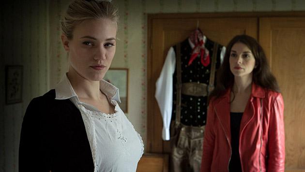 """Larissa Marolt als Dienstmädchen in """"SOKO 5113"""" (Bild: ZDF/Robert Späth)"""