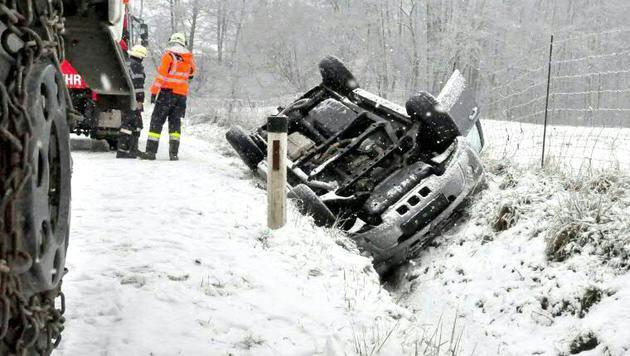 """Ein Auto schlitterte in der Steiermark von der Schneefahrbahn und landete """"kopfüber"""" im Graben. (Bild: APA/LFV/MEIER)"""