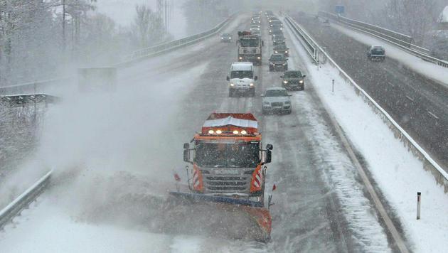 Räumungsarbeiten auf der S6, der Semmering-Schnellstraße in der Steiermark (Bild: APA/ASFINAG)