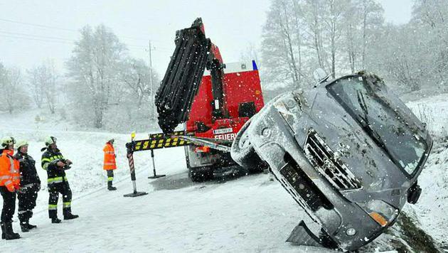 Die Bergung eines Unfallautos, das im Bezirk Südoststeiermark von der Fahrbahn abgekommen ist. (Bild: FOTO: APA/LFV/MEIER)