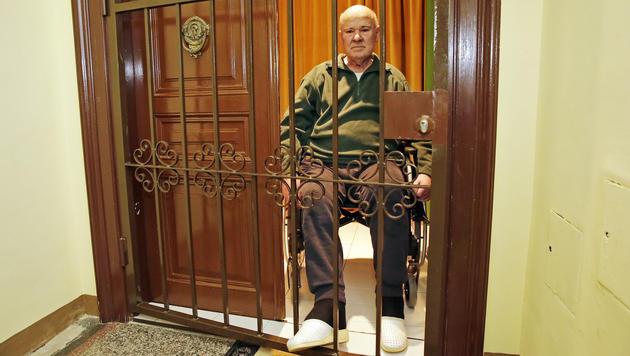 Ewald Ruckenbauer ist in seinen eigenen vier Wänden gefangen. (Bild: Klemens Groh)