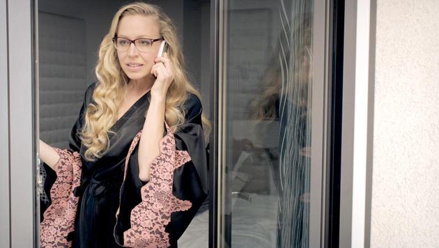 Nicoletta erwartet ihren Liebhaber. (Bild: ORF)