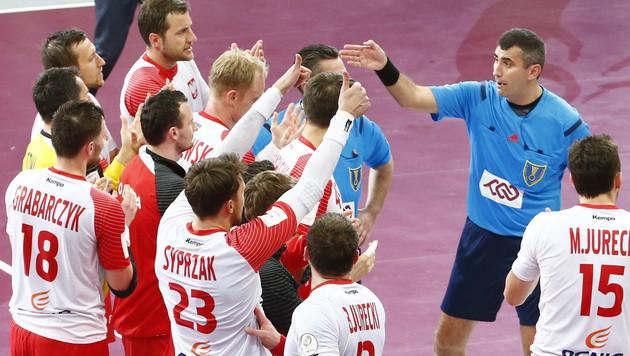 Polens Spieler waren auch stinksauer auf die Referees, applaudierten voll Hohn. (Bild: APA/Qatar 2015 via epa/Diego Azubel)