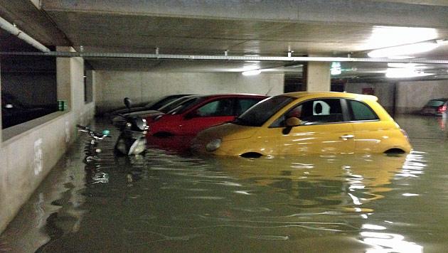 50 Autos wurden durch das Wasser beschädigt. (Bild: BG)