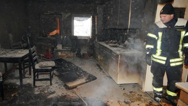 Die ausgebrannte Wohnung (Bild: Als die Feuerwehr am Unglücksort eintraf, stand das Erdgeschoß n)