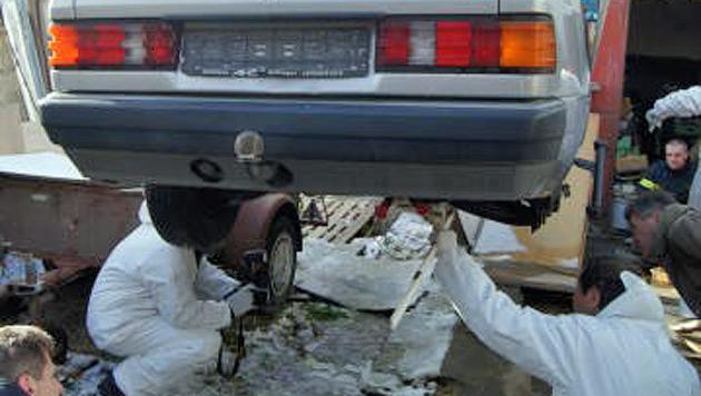 Spuren werden unter dem Auto gesichert. (Bild: FF Eisenstadt)