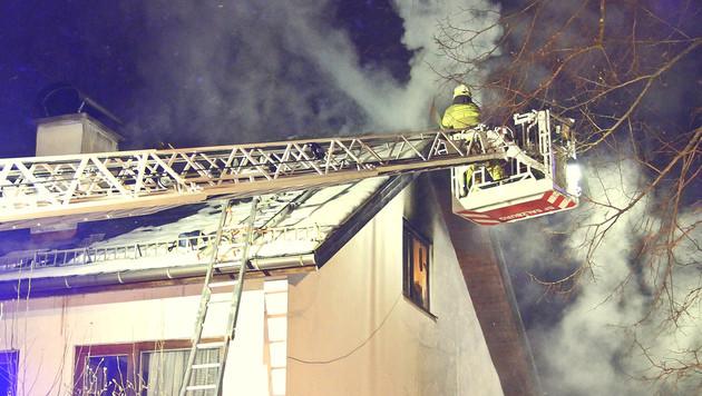 Die Feuerwehr startete ihren Löschangriff auch von außen. (Bild: MARKUS TSCHEPP)