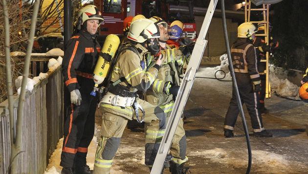 Ausgestattet mit Atemschutzgeräten kämpften die Feuerwehrleute gegen die Flammen. (Bild: MARKUS TSCHEPP)