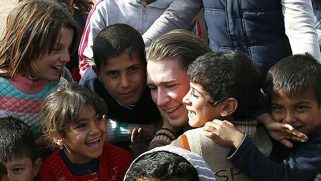 Kurz zu Besuch in einem Flüchtlingslager (Bild: APA/AUSSENMINISTERIUM/DRAGAN TATIC)