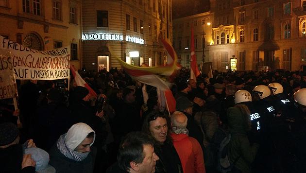 "Pegida: Tumulte statt ""Spaziergang"" in Wien (Bild: krone.tv)"