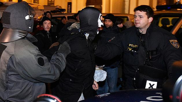 "Pegida: Tumulte statt ""Spaziergang"" in Wien (Bild: APA/HERBERT P. OCZERET)"