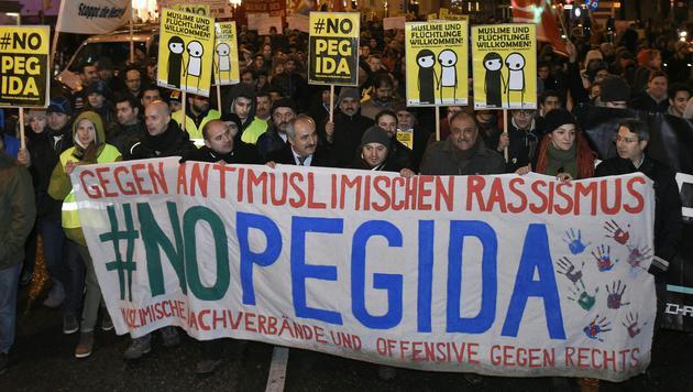 Gegendemonstration zum Pegida-Spaziergang in Wien (Bild: APA/HERBERT P. OCZERET)