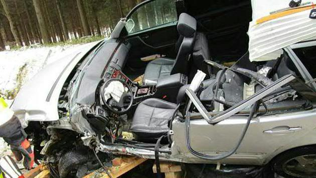 Die Frau musste aus dem völlig zerstörten Auto befreit werden. (Bild: APA/FF DIETMANNS/UNBEKANNT)