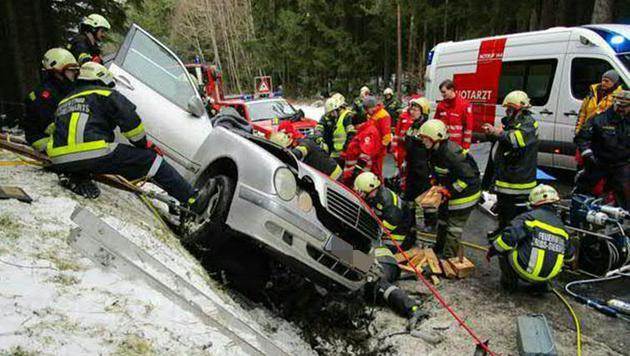 Der Wagen wurde in den Straßengraben geschleudert. (Bild: APA/FF DIETMANNS/UNBEKANNT)