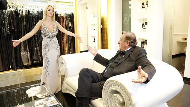 Wie gefällt Richard Lugner das Kleid? (Bild: Reinhard Holl)