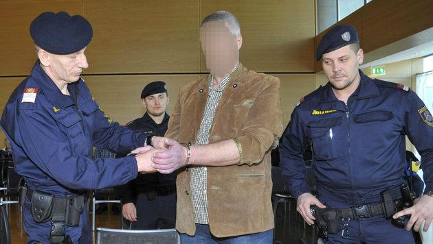 Der Angeklagte im Gerichtssaal (Bild: APA/ELMAR GUBISCH)