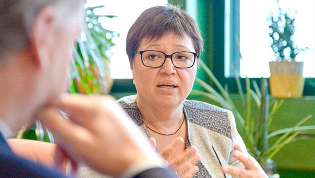 Gesundheitsministerin Oberhauser im Krankenhaus (Bild: APA/HERBERT NEUBAUER)
