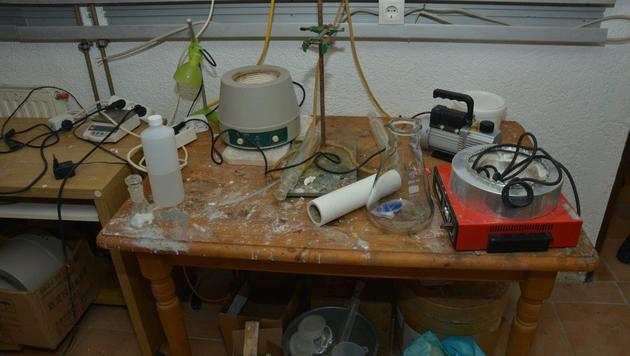 Ein Kellerraum war als Labor eingerichtet. (Bild: Polizei)