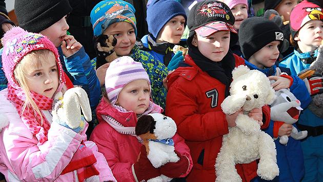 Die Kinder kamen in Scharen - und mit ihnen auch so mancher Plüschfreund. (Bild: Josef Fürbass)