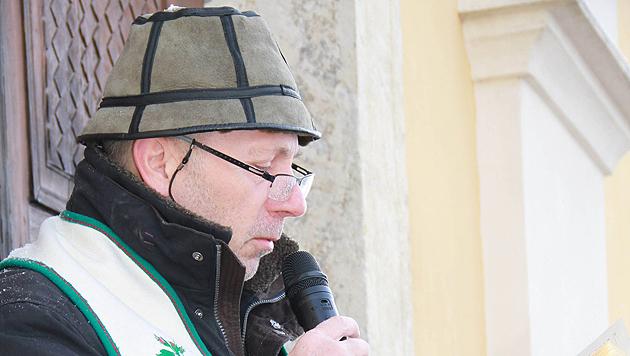 Pfarrer Irenäus Lewandowski hatte am Montag viel Arbeit. (Bild: Josef Fürbass)
