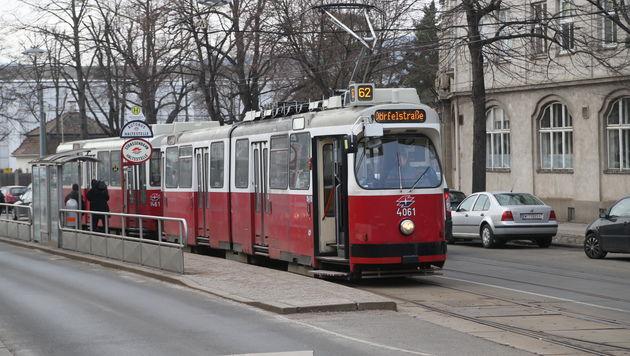 Von Straßenbahn erfasst: Toter und Schwerverletzte (Bild: ZWEFO (Symbolfoto))