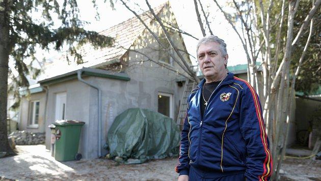 Josef Grandits vor seinem Haus (Bild: Gerhard Bartel)