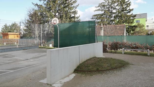 Grandits' Haus steht direkt neben dem Sportplatz. (Bild: Gerhard Bartel)