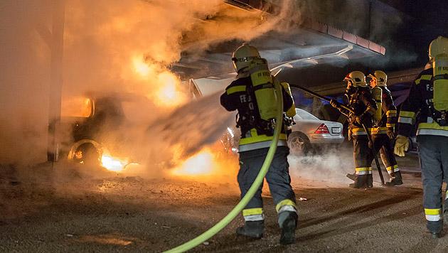 Carport und drei Autos wurden Raub der Flammen (Bild: FF Krems/M. Wimmer)