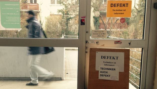 Zuerst klebte nur ein weitere Zettel unter der Information der Universität. (Bild: facebook.com/Campus Mainz)