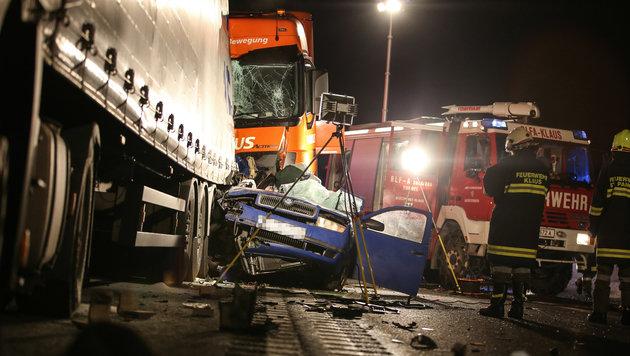 Lastwagen schiebt Auto mit voller Wucht gegen Lkw (Bild: laumat.at/Matthias Lauber)