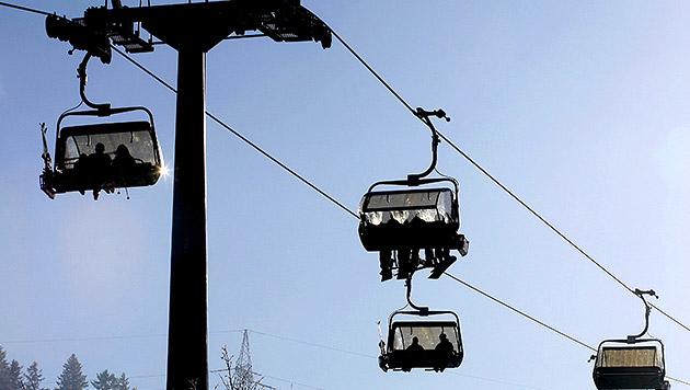 Snowboarder sprang von Lift - Sitznachbar verletzt (Bild: APA/HERBERT PFARRHOFER (Symbolbild))