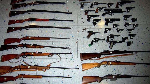 Über 40 Schusswaffen wurden bei der Hausdurchsuchung entdeckt. (Bild: APA/LPD NIEDERÖSTERREICH)