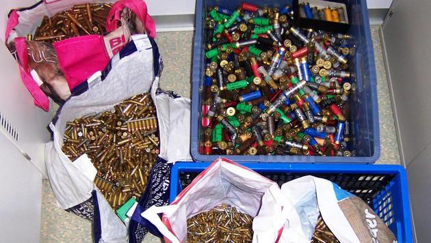 Die Ermittler fanden auch Tausende Schuss Munition in dem Haus des Verdächtigen. (Bild: APA/LPD NIEDERÖSTERREICH)