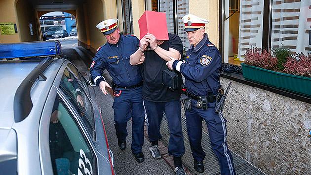 Die Polizisten bei der Festnahme des Verdächtigen (Bild: Markus Tschepp)