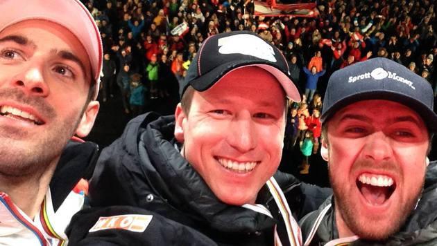 Selfie der Champions: Hannes Reichelt, Dustin Cook und Adrien Theaux (Bild: facebook.com/Hannes Reichelt)