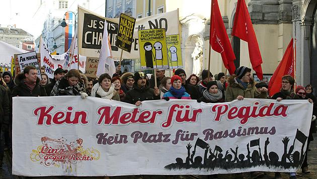 "Friedlicher, aber kurzer Pegida-""Spaziergang"" (Bild: APA/RUBRA)"