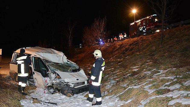 Es grenzt an ein Wunder, dass die Musiker diesen Unfall nahezu unverletzt überlebten. (Bild: Einsatzdoku.at)
