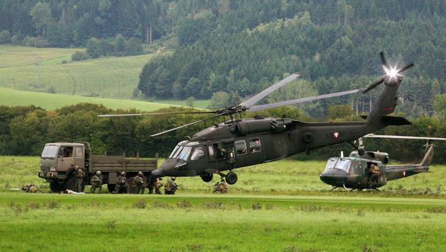 """Ein """"Black Hawk"""" und ein """"AB 212"""" (Hintergrund) (Bild: Christoph Matzl)"""