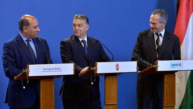 Suma Chakrabarti (EBRD), Viktor Orban und Andreas Treichl (v.l.n.r.) (Bild: APA/EPA/Zoltan Mathe)
