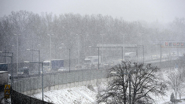 Frau Holle bescherte uns Winter- und Verkehrschaos (Bild: APA/HERBERT NEUBAUER)