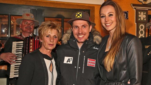 Hirscher mit Mama Sylvia und Freundin Laura (Bild: Christof Birbaumer)