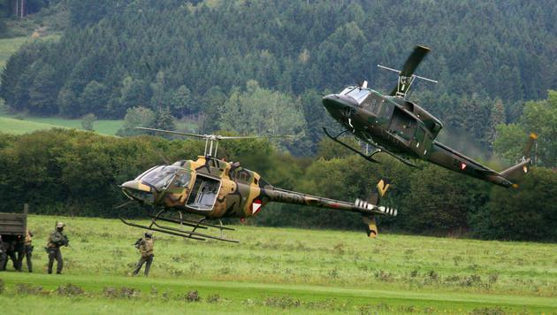 Ein Kiowa-Hubschrauber und ein AB 212 im Einsatz (Bild: Christoph Matzl)