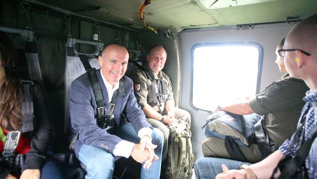 Minister Gerald Klug beim Anflug zur Übung des Bundesheeres (Bild: Christoph Matzl)