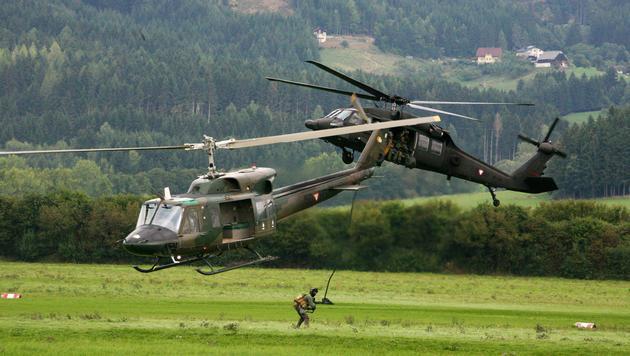 Ein Black Hawk und ein AB 212 im Einsatz (Bild: Christoph Matzl)