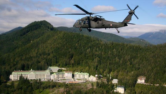 Ein Black Hawk über dem Hotel Panhans (Bild: Christoph Matzl)
